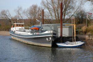 De ligplaats van de Pax aan het ponton bij camping Oosterbeeks Rijnoever